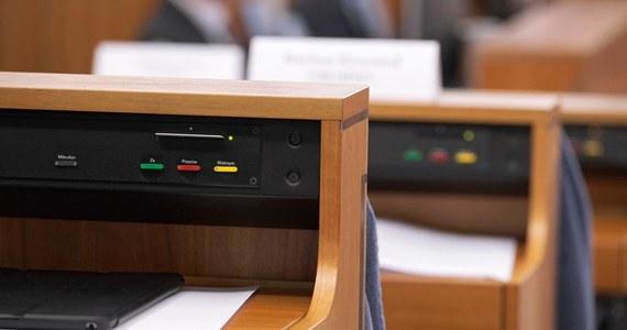 Uchwaloną w ciągu kilku godzin przez Sejm ustawą, poprawiającą błąd posłów PiS, Senat zajmie się najwcześniej w środku listopada. Wczoraj wieczorem sejmowa większość uchwaliła ustawę zmieniającą przepisy, które nie weszły jeszcze w życie. Ta korekta musi jednak przejśc całą drogę legislacyjną, a ustawa z błędem czeka już tylko na podpis prezydenta.