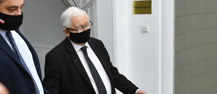 """Poseł Koalicji Obywatelskiej Robert Kropiwnicki zapowiedział złożenie wniosku do komisji etyki poselskiej w sprawie środowych słów Jarosława Kaczyńskiego. """"Jesteście przestępcami"""" - mówił lider Prawa i Sprawiedliwości do opozycji. """"Również uważam, że w tej sprawie powinny wpłynąć prywatne akty oskarżenia do prokuratury i nad czymś takim się zastanawiamy"""" - przyznał Kropiwnicki."""