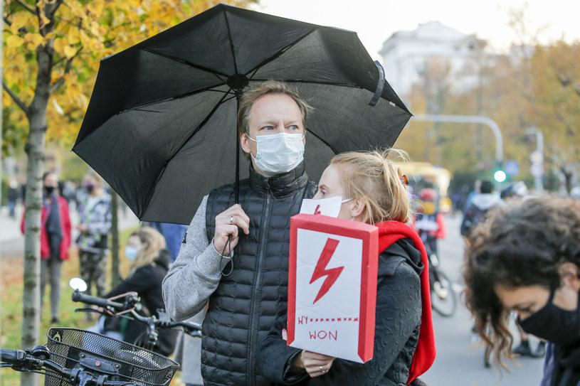 Maciej Stuhr z żoną Katarzyną Błażejewską-Stuhr wzięli udział w środowym Strajku Kobiet w Warszawie.