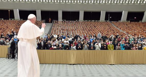 Począwszy od 4 listopada, środowe audiencje generalne papieża Franciszka znów będą odbywać się bez udziału wiernych i będą transmitowane z biblioteki w Pałacu Apostolskim - ogłosił w czwartek Watykan. Przyczyną jest wykrycie zakażenia u uczestnika audiencji.