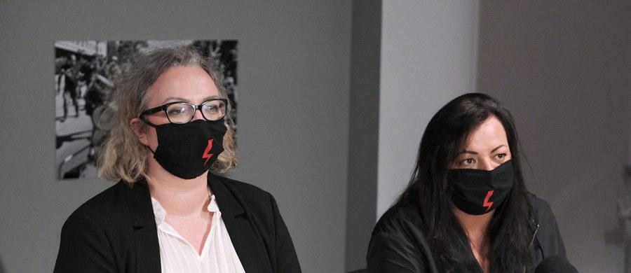"""Liderki Ogólnopolskiego Strajki Kobiet przedstawiły na konferencji prasowej plany piątkowego marszu """"Na Warszawę"""". Ma on wyruszyć z trzech miejsc w stolicy."""