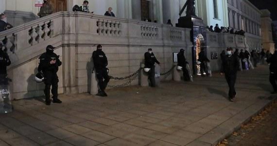 Policjanci są wysyłani do pilnowania kościołów oraz domów i biur polityków PiS - informuje Onet. W połączeniu jednak z zabezpieczaniem protestów i epidemią koronawirusa jest to problematyczne, gdyż sytuacja kadrowa robi się dramatyczna.