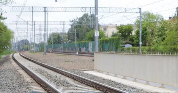 Dwie osoby zginęły w czwartek wieczorem w wyniku potrącenia przez pociąg na szlaku kolejowym w Dąbrowie Górniczej – podały w piątek rano służy kryzysowe wojewody śląskiego. Jak podaje policja, ofiarami wypadku są 69-latka i jej 45-letnia córka.