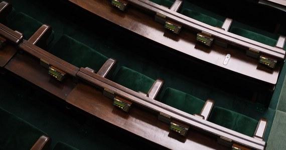 Ustawa covidowa, na której uchwaleniu tak bardzo zależało rządzącym, została zablokowana w Sejmie. Do jej wejścia w życie potrzeba już tylko podpisu Andrzeja Dudy. Prezydent nie może jej jednak podpisać, bo - jak ustalił dziennikarz RMF FM - ustawa wciąż nie trafiła do kancelarii prezydenta.