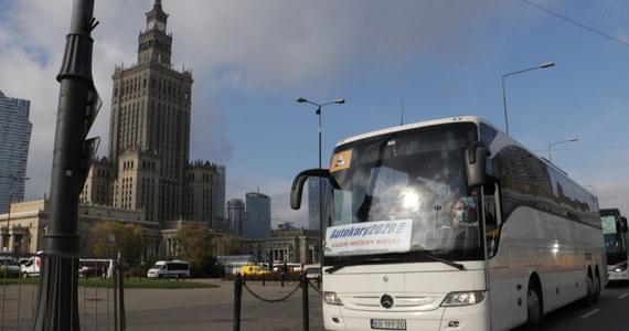 Przed Pałacem Kultury i Nauki trwa protest przewoźników autokarowych. Przedsiębiorcy domagają się pomocy państwa, która pozwoli im przetrwać kryzys wywołany przez pandemię.