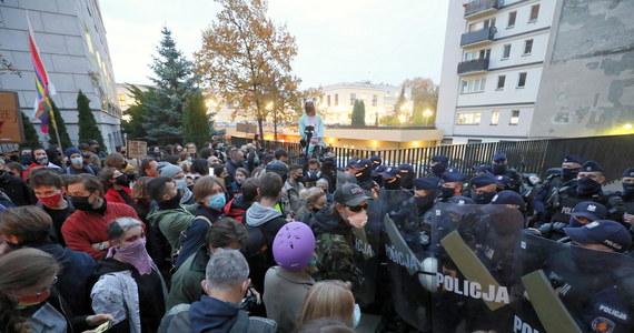 To na wniosek policji szefostwo sądu okręgowego w Warszawie wydało zarządzenie o zwiększeniu obsady sędziów na dyżurach od dziś do 14 listopada