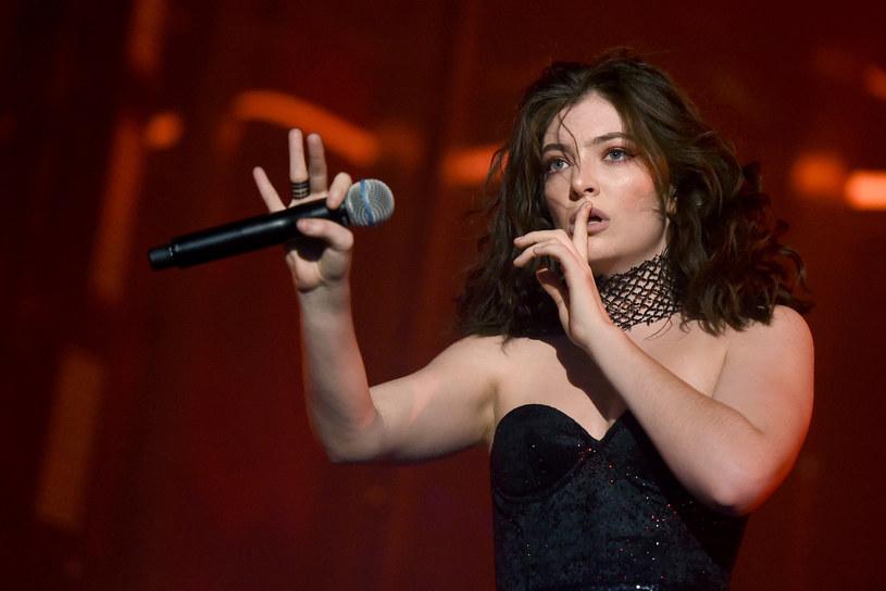Nowozelandzka wokalistka Lorde spotyka się z 18 lat starszym przedstawicielem wytwórni Universal Music – Justinem Warrenem.