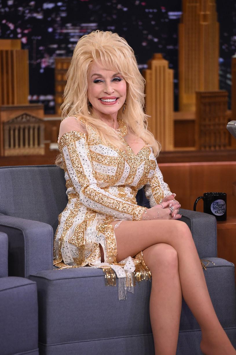 Ikona muzyki country Dolly Parton od 56 lat jest żoną Carla Thomasa Deana. Mąż nigdy nie towarzyszy jej w publicznych wydarzeniach, ponieważ, jak podkreśla wokalistka, ochrona prywatności w jej rodzinie jest najważniejsza.