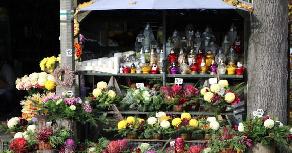 Od jutra do poniedziałku cmentarze będą zamknięte - zapowiedział na popołudniowej konferencji premier Mateusz Morawiecki. Oznacza to, że 1 listopada w Dniu Wszystkich Świętych i 2 listopada w Dniu Zadusznym nie będziemy mogli odwiedzić grobów bliskich. Decyzja ta nie dotyczy pogrzebów. Powodem zamknięcia cmentarzy jest coraz większy wzrost zakażeń koronawirusem. Sprzedawcy zniczy i kwiatów, z którymi rozmawiała reporterka RMF FM, są zdruzgotani. Podkreślają, że decyzja zapadła bardzo późno.
