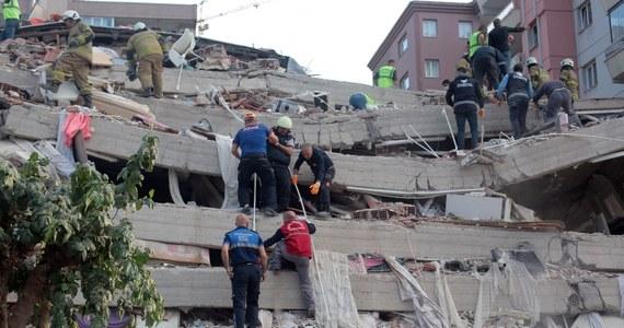 Co najmniej 17 osób zginęło, a 709 doznało obrażeń w Turcji w wyniku trzęsienia ziemi w piątek na Morzu Egejskim - podała turecka agencja zarządzania kryzysowego AFAD. Na miejscu w prowincji Izmir trwają akcje ratunkowe.