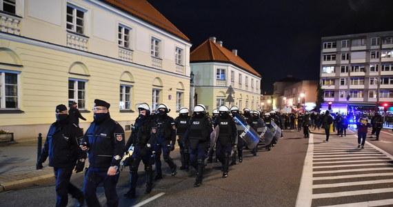 Po warszawskim proteście przeciwko orzeczeniu Trybunału Konstytucyjnego ws. zaostrzenia prawa aborcyjnego policja zatrzymała 37 osób. 35 spośród tych osób, to pseudokibice, którzy atakowali uczestników demonstracji.