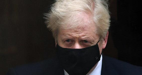 W sobotę premier Johnson poinformował o wprowadzeniu całkowitego lockdownu w Anglii. Zamknięcie kraju ma obowiązywać od czwartku i potrwać do początku grudnia. Restrykcje będą jednak nieco łagodniejsze niż w początkowej fazie tego wiosennego.