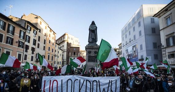 297 osób zmarło ostatniej dobry we Włoszech na Covid-19, co jest najwyższą liczbą od kilku miesięcy. Potwierdzono 31758 następnych zakażeń koronawirusem - poinformowało Ministerstwo Zdrowia. Dzienna liczba wykonanych testów to ponad 215 tys.
