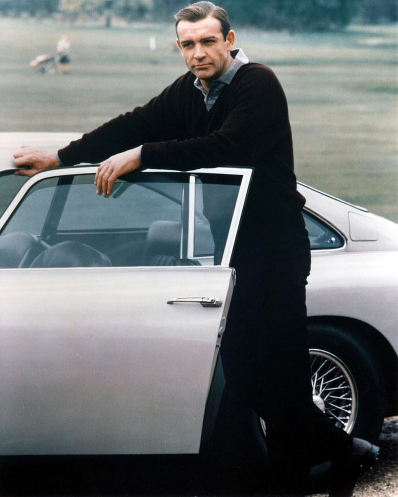 Choć grając Jamesa Bonda, brał udział w nieprawdopodobnych wydarzeniach, jego życie także nie należało do nudnych. Pozornie zawsze spokojny Sean Connery potrafił bowiem wplątać się w niejedną kabałę, wychodząc z niej oczywiście bez szwanku. Z pokerową miną przechodził także przez najbardziej absurdalne zbiegi okoliczności, jakie mu się przytrafiały. Prezentujemy dziesięć mało znanych faktów z życia zmarłego 31 października gwiazdora.