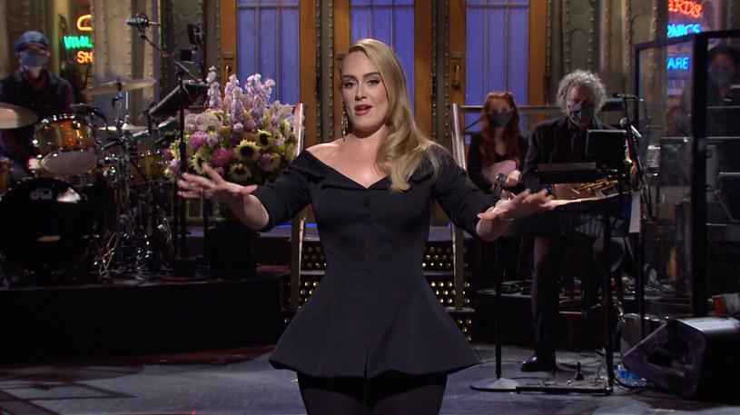 """Jak informuje dziennik """"The Sun"""" brytyjska piosenkarka po spektakularnej utracie wagi jest zasypywana propozycjami kontraktów reklamowych. Zdecydowana większość według informatora gazety pochodzi od producentów środków wspomagających utratę wagi. Ale choć mogłaby dzięki temu osiągnąć dochód sięgający 40 milionów funtów, Adele woli teraz skoncentrować się na pracy nad kolejną płytą."""