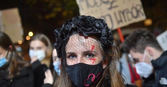 W wielu polskich miejscowościach odbyły się dziś akcje protestacyjne, które są wyrazem sprzeciwu wobec decyzji Trybunału Konstytucyjnego dotyczącej aborcji. Ulicami Szczecina przeszedł marsz milczenia, przez Warszawę przejechali motocykliści solidaryzujący się z kobietami, a w Krakowie manifestację zorganizowali studenci.
