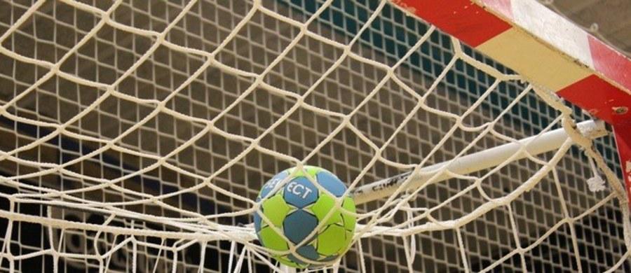 Czterech zawodników kadry narodowej piłkarzy ręcznych przygotowującej się w Płocku do eliminacji mistrzostw Europy ma koronawirusa. Sześciu graczy z klubów, z których pochodzą zawodnicy z wynikiem pozytywnym, pozostaje w ścisłej izolacji - poinformował ZPRP.