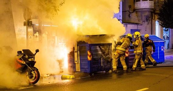Ponad 70 osób zostało zatrzymanych w niedzielę przez policję w Hiszpanii w kilku miastach kraju podczas protestów przeciwko restrykcjom epidemicznym. Służby medyczne szacują, że do niedzielnego wieczoru rannych zostało 30 osób.