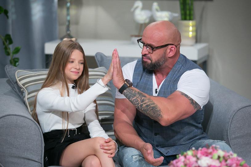 """Maja Oświecińska, 12-letnia córka gwiazdora filmów Patryka Vegi, zaczęła zdjęcia do swego kolejnego filmu. Tomasz Oświeciński, tata młodej aktorki, ma w związku z tym mieszane uczucia. """"Całe życie będzie słyszała, że tatuś jej coś załatwił"""" - mówi."""
