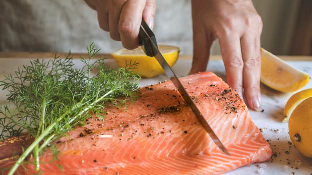 Ryby są dobrym źródłem białka, witamin i mikroelementów. Niezwykle cennym składnikiem rybiego mięsa są nienasycone kwasy tłuszczowe z grupy omega-3.    Dlaczego warto jeść łososia i inne tłuste ryby morskie?