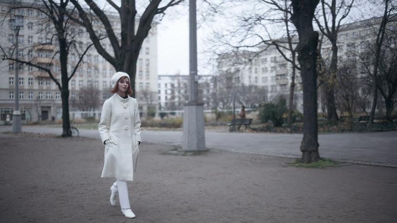 """Prawdziwa gratka dla fanów mody i seriali - kostiumy z dwóch głośnych produkcji Netfliksa wylądowały właśnie na wyjątkowej wirtualnej wystawie zorganizowanej we współpracy z Brooklyn Museum. Ekspozycja obejmuje m.in. replikę sukni ślubnej księżnej Diany z nowego sezonu """"The Crown"""" oraz szereg zachwycających stylizacji Anyi Taylor-Joy, w których możemy ją podziwiać w serialu """"Gambit królowej""""."""