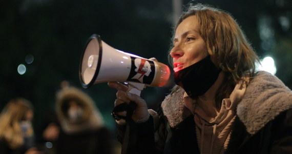 Za nami kolejny dzień Ogólnopolskiego Strajku Kobiet. Manifestacja została zorganizowana m.in. przed gmachem Sejmu w Warszawie. W proteście przeciwko wyrokowi Trybunału Konstytucyjnego w sprawie aborcji udział wzięło ponad tysiąc osób. Demonstracje i blokady odbyły się w wielu miejscach w kraju - m.in. w Krakowie, Katowicach i we Wrocławiu.