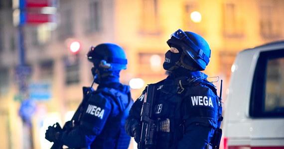 """Krwawa strzelanina w centrum Wiednia. Zginęło dwoje przypadkowych przechodniów i napastnik, a kilkanaście osób jest rannych. Późnym wieczorem szef austriackiego MSW Karl Nehammer poinformował, że służby poszukują kilku """"mocno uzbrojonych i niebezpiecznych"""" sprawców ataku. W rozmowie z RMF FM mieszkający w Wiedniu Polak relacjonował natomiast: """"Na moich oczach strzelili do policjanta, który biegł przy tramwaju. (...) Dwóch zamachowców uciekło w moją dzielnicę""""."""