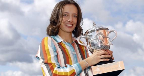 Iga Świątek przyznała, że obecnie wierzy, iż mogłaby wygrać wszystkie cztery turnieje wielkoszlemowe. 19-letnia tenisistka opowiedziała też, w jaki sposób pandemia Covid-19 pomogła jej w oswajaniu się ze wzrostem popularności po triumfie we French Open.