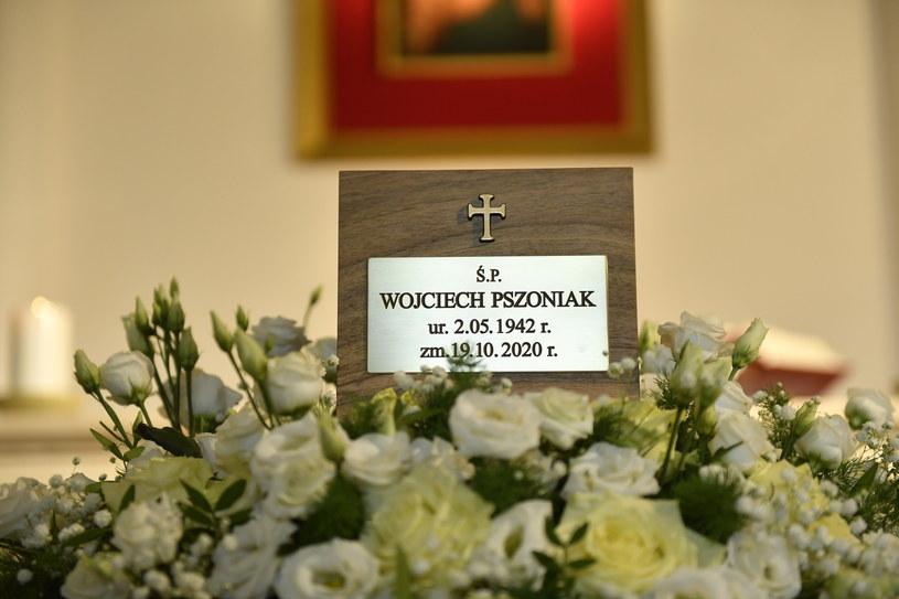 """""""Sam był żywym teatrem. Ciało było mu posłuszne, żyło tym rytmem, który intuicyjnie dobierał do postaci"""" - wspominał Wojciecha Pszoniaka jego wieloletni przyjaciel Olgierd Łukaszewicz. Wybitny aktor filmowy i teatralny spoczął we wtorek na stołecznych Powązkach Wojskowych."""