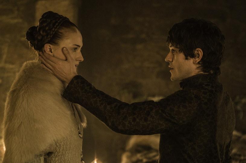 """Ramsey Bolton, w rolę którego w serialu """"Gra o tron"""" wcielał się Iwan Rheon, to zdecydowanie jedna z najbardziej odrażających postaci, jakie pojawiły się na małym ekranie. Szczególnie głośnym echem odbiła się scena z piątego odcinka piątego sezonu serialu, w której Bolton zgwałtcił Sansie Stark (Sophie Turner) w trakcie ich nocy poślubnej. """"Najgorszy w całej karierze"""" – tak Rheon wspomina dzień kręcenia tej sceny w jednym z wywiadów."""