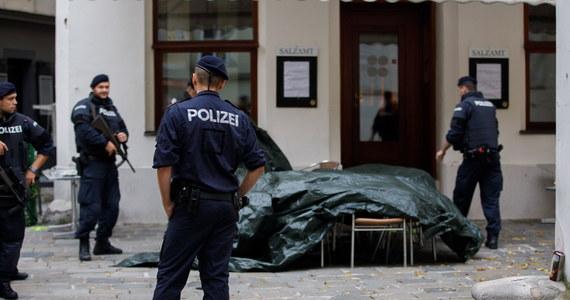 Zamachowiec, który wczoraj wieczorem otworzył ogień w centrum Wiednia, współpracował z Państwem Islamskim – oświadczył na porannej konferencji minister spraw wewnętrznych Austrii Karl Nehammer. Zginęły trzy osoby – dwóch mężczyzn i kobieta. Dziś w szpitalu zmarła kolejna, czwarta ofiara. 23 osoby zostały ranne. Funkcjonariusze zastrzelili napastnika. Nehammer stwierdził, że dotychczasowe dowody nie wskazują na to, by w zamachu brał udział więcej niż jeden terrorysta. W związku z atakiem zatrzymano jednak łącznie 16 osób. W Austrii ogłoszono trzydniową żałobę.