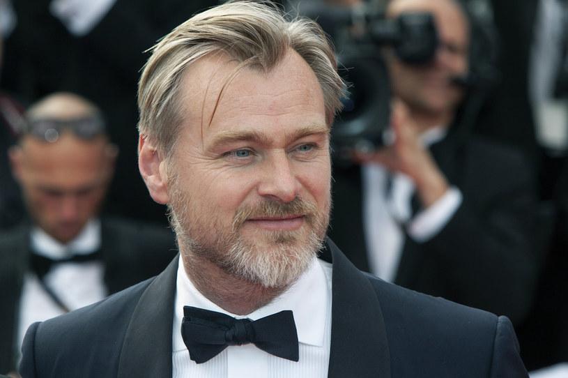 """Seanse filmu """"Tenet"""" miały odpowiedzieć na pytanie o to, czy widzowie są gotowi do powrotu do kin. Właśnie dlatego Christopher Nolan i studio Warner Bros. nie chcieli - wzorem innych twórców - przesuwać premiery tego widowiska na przyszły rok. I mogą tej decyzji żałować, bo film zarobił w kinach niespełna 350 milionów dolarów, co nie wystarczy na pokrycie kosztów jego produkcji i promocji. Nolan jest jednak zadowolony z takiego wyniku kasowego i uważa, że studia filmowe wyciągają błędne wnioski z tego, jak """"Tenet"""" poradził sobie w kinach."""
