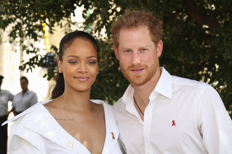 Rihanna podsyciła plotki na temat wydania nowej płyty. W sieci pojawiły się zdjęcia wokalistki, która zmierzała na plan nowego teledysku. Sama gwiazda na razie milczy w sprawie.