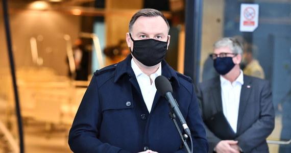 """""""Prezydent Andrzej Duda zakończył okres izolacji po tym, jak wykryto u niego koronawirusa, i wrócił do pełnienia obowiązków"""" - powiedział w środę rzecznik prezydenta Błażej Spychalski."""