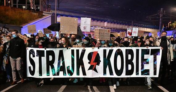 W wielu miastach w kraju odbywały się w środę protesty zapoczątkowane orzeczeniem Trybunału Konstytucyjnego dotyczącym dopuszczalności aborcji. Na transparentach nieodmiennie od kilku dni widniały te same antyrządowe hasła.