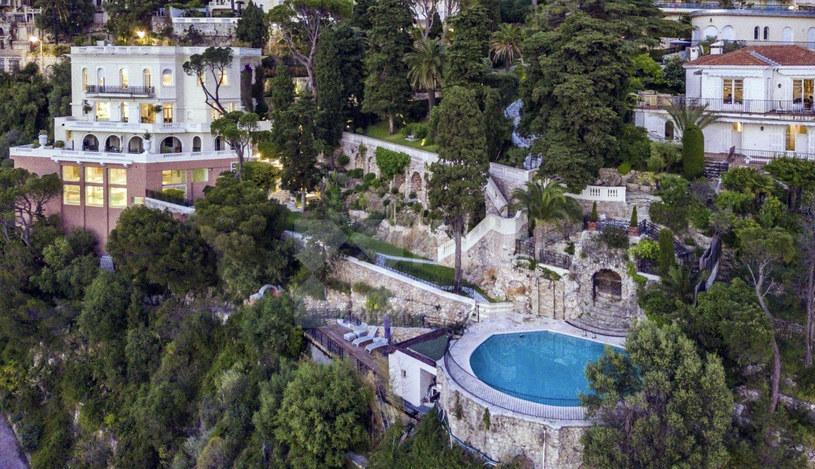"""Położona na Lazurowym Wybrzeżu posiadłość Villa Le Roc Fleuri została wystawiona na sprzedaż. Wyceniono ją na 30 mln euro (ponad 130 mln zł). Co ciekawe, w urokliwej willi kręcono zdjęcia do jednego z Bondów - """"Nigdy nie mów nigdy"""". Po niedawnej śmierci Seana Connery'ego dom otacza jeszcze większa aura wyjątkowości."""