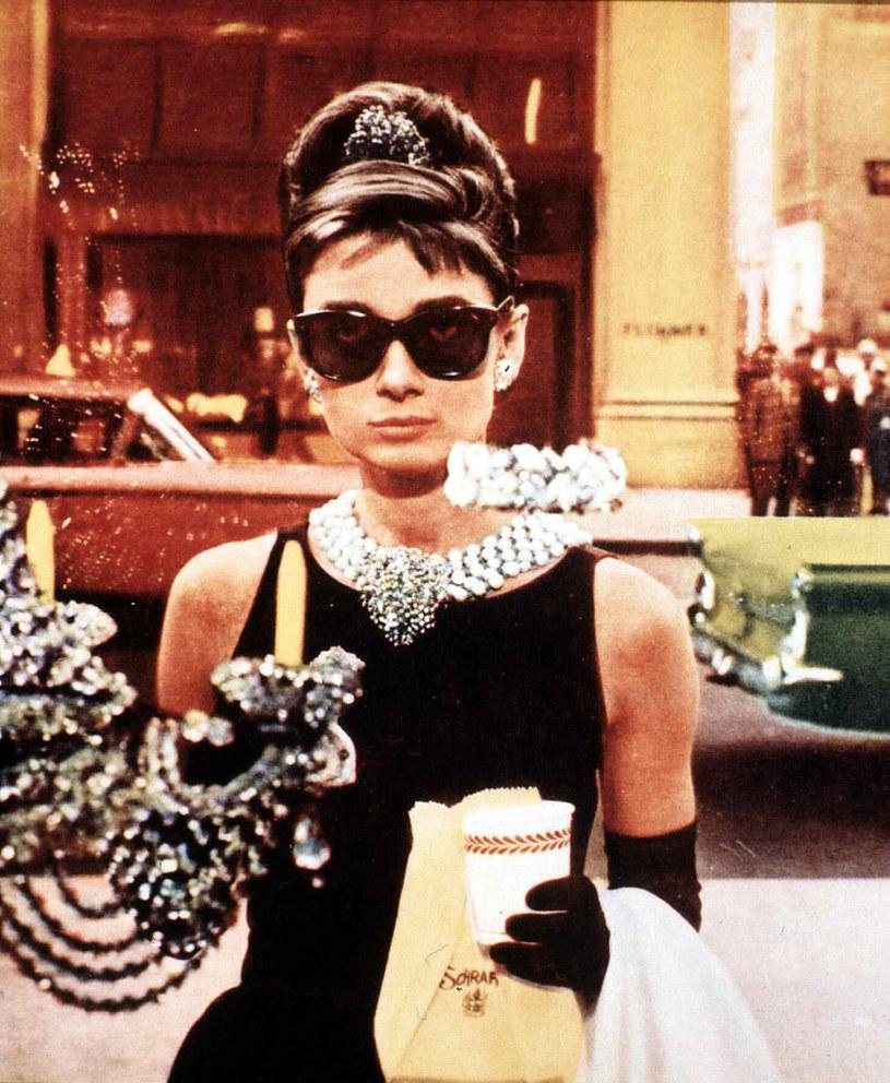 """Zrealizowany w 1961 roku film """"Śniadanie u Tiffany'ego"""" to kultowa produkcja z legendarną rolą Audrey Hepburn. Jego scenariusz napisał Blake Edwards na motywach powieści Trumana Capote'a pod tym samym tytułem. Studio Paramount Pictures, które jest dystrybutorem tego filmu, przekonuje, że w bliżej nieokreślonej przyszłości zamierza nakręcić kolejny film o bohaterach książki Capote'a. Tyle tylko, że do sądu w Los Angeles wpłynął właśnie pozew kwestionujący prawa Paramountu do takiej produkcji."""
