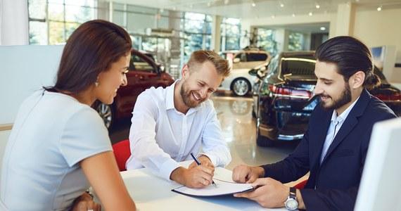 Wynajem samochodów to usługa, która cieszy się coraz większym zainteresowaniem klientów. Wypożyczalnie oferujące komfortowo wyposażone, nowoczesne auta wyrastają jak grzyby po deszczu, a osoby zainteresowane wynajęciem pojazdu mają do wyboru wiele możliwości. Jakie grupy klientów najczęściej korzystają z usług wypożyczalni?