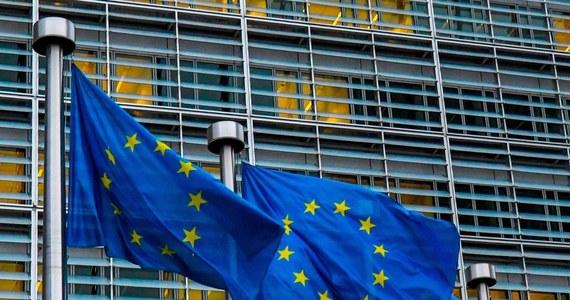 """Jest wstępne porozumienie Parlamentu Europejskiego i niemieckiej prezydencji ws. mechanizmu """"pieniądze za praworządność"""". """"To piękny dzień, bo uzyskaliśmy historyczne dla Unii Europejskiej porozumienie"""" - oświadczył negocjator z ramienia PE eurodeputowany Petri Sarvamaa. Jak zaznaczył: """"Udało się zachować powiązanie budżetu z przestrzeganiem zasad państwa prawa"""". Krytycznie do wypracowanego porozumienia odnieśli się eurodeputowani Prawa i Sprawiedliwości. Beata Kempa mówiła o instrumencie szantażu wobec Polski i """"dyktacie Brukseli""""."""