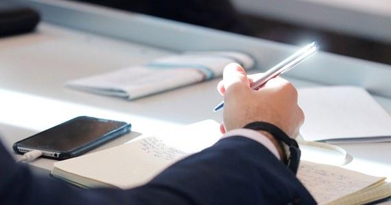 Śledztwo w sprawie przecieków podczas tegorocznych egzaminów maturalnych przebiega prawidłowo - orzekła Prokuratura Krajowa. Po informacjach RMF FM o przedłużającym się postępowaniu, o braku wymiernych efektów, a także niezrozumiałej decyzji o przeniesieniu śledztwa z Warszawy do Ostrołęki zarządzono analizę akt.