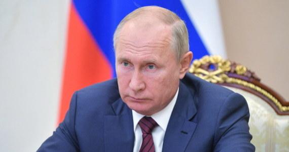 """Prezydent Rosji Władimir Putin planuje ustąpić ze stanowiska na początku przyszłego roku w związku z rosnącymi obawami o stan zdrowia - podał w piątek brytyjski dziennik """"The Sun"""", powołując się na rosyjskie źródła. Według tych źródeł, pojawiają się spekulacje, że 68-letni przywódca ma objawy choroby Parkinsona."""