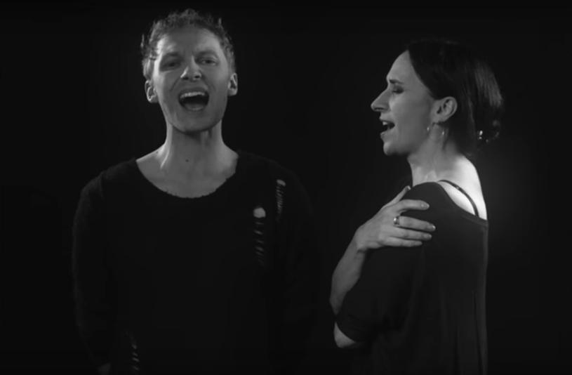 """""""Kochana"""" to trzeci singel promujący jubileuszowe wydawnictwo """"Renata Przemyk i mężczyźni"""". W tym nagraniu wokalistkę wsparł Igor Herbut, lider grupy LemON."""
