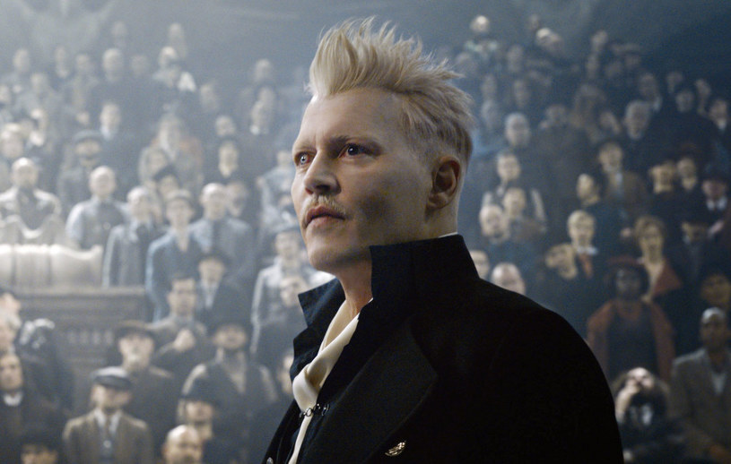 """Po tym, jak Johnny Depp po przegraniu sprawy o zniesławienie został """"wyproszony"""" z planu zdjęciowego filmu """"Fantastyczne zwierzęta 3"""", znalezienie zastępcy stało się naglącą sprawą. Według amerykańskich serwisów poświęconych show-biznesowi, hollywoodzkiego gwiazdora zastąpi Mads Mikkelsen."""
