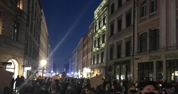 """Polacy znów wyszli na ulice, by protestować przeciwko zaostrzaniu prawa aborcyjnego. """"Ufać kobietom"""" - to jedno z haseł, jakie przynieśli na transparentach uczestnicy demonstracji w Krakowie. W Łodzi reporterka RMF FM Magdalena Grajnert usłyszała od jednej z protestujących: """"Nie ma zmęczenia, to jest zbyt ważna sprawa. Mam w domu nastolatka, który za kilka lat być może będzie musiał stanąć przed takim wyborem - więc chcę, żeby mieli wybór""""."""