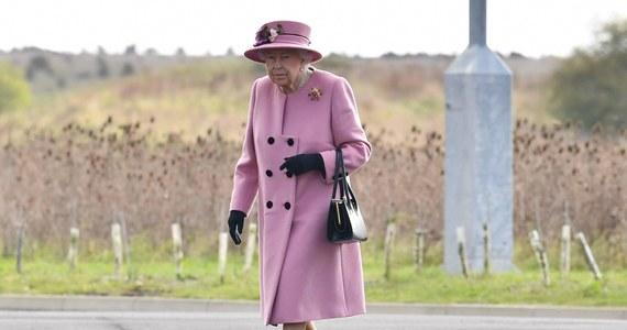 Brytyjska królowa Elżbieta II po raz pierwszy pokazała się publicznie w maseczce na twarzy. Była w niej podczas prywatnej modlitwy przed Grobem Nieznanego Żołnierza w Opactwie Westminsterskim.