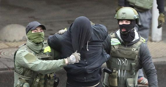 """Ponad 800 ludzi zostało zatrzymanych w Mińsku podczas protestów przeciwko Alaksandrowi Łukaszence i jego zwycięstwu w - sfałszowanych, jak uważają protestujący - sierpniowych wyborach prezydenckich: taką informację przekazało późnym wieczorem białoruskie Centrum Praw Człowieka """"Wiasna"""", dodając, że niektórzy z aresztowanych zostali już zwolnieni. Wśród zatrzymanych są znani sportowcy: srebrny medalista olimpijski w dziesięcioboju z 2008 roku Andrej Krauczanka i wielokrotny mistrz Białorusi w kick-boxingu i tajskim boksie Iwan Hanin, a także Miss Białorusi z 2008 roku Wolha Chiżynkowa."""
