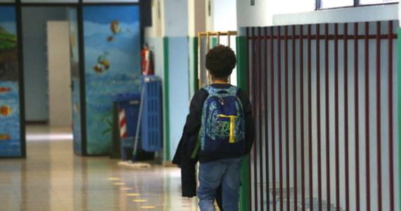 Od dziś do 29 listopada uczniowie wszystkich klas szkół podstawowych i szkół ponadpodstawowych będą uczyć się zdalnie. Przedszkola, oddziały przedszkolne w szkołach podstawowych i inne formy wychowania przedszkolnego pracują stacjonarnie.