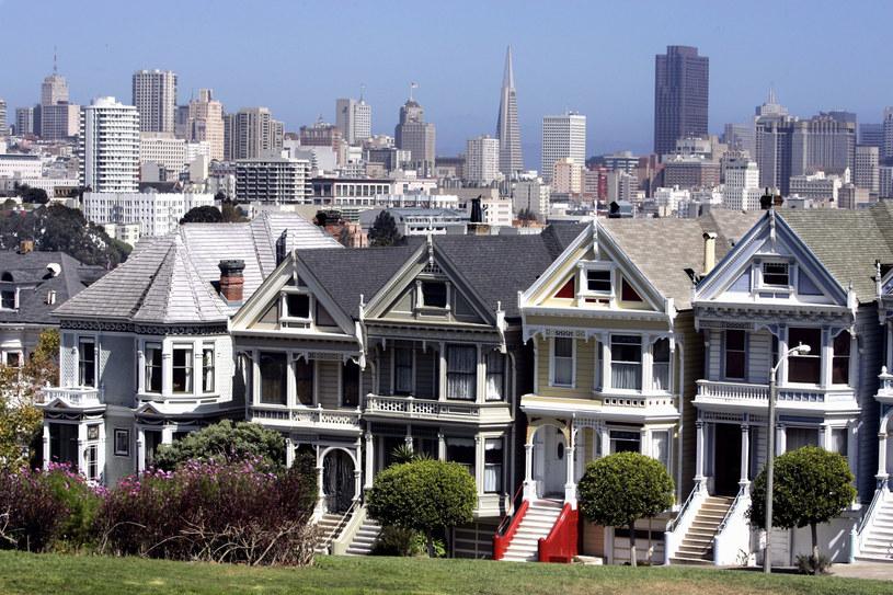 """Wiktoriański budynek, doskonale znany miłośnikom """"Pełnej chaty"""" i kontynuacji tego sitcomu zatytułowanego """"Pełniejsza chata"""", ma nowego właściciela. Poprzedni pozbył się go... z powodu sąsiadów, którzy obawiali się najazdu turystów."""