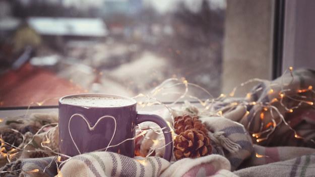 Zima zbliża się wielkimi krokami. Z dnia na dzień na zewnątrz jest chłodniej i pogoda coraz mniej sprzyja wychodzeniu z domu. Warto postawić wtedy na rozgrzewające i poprawiające nastrój kawy i herbaty. Przegonią jesienne smutki, a nawet pomogą w walce z przeziębieniem.