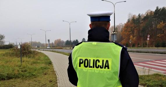 Blisko 3 promile alkoholu w organizmie miał 56-letni mieszkaniec Suchedniowa (Świętokrzyskie), który zaparkował samochód na drodze ekspresowej S7. Sam natomiast zasnął w rowie.